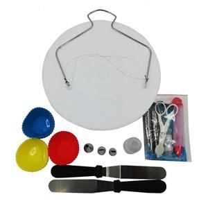 Imagen de Base giratoritoria de plástico, con set de repostería, 106 piezas, espátulas, decoración, moldes cup cakes, etc en caja